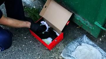 Szczenięta wrzucone do śmieci. Policjanci wykonali masaż serca
