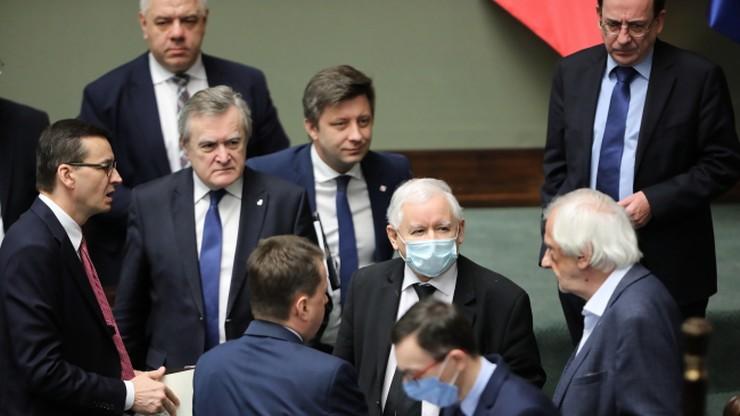 Polacy podzieleni ws. działań rządu w walce z epidemią koronawirusa
