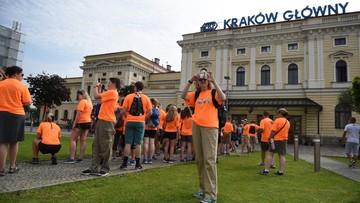 ŚDM: awaryjne hamowanie pociągu z pielgrzymami i zablokowany dworzec w Krakowie po mszy na Błoniach