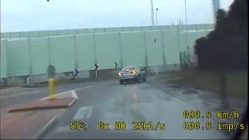 Pościg za pijanym kierowcą w Warszawie. Staranował inne auto [WIDEO]