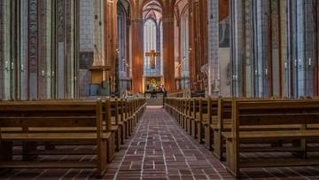 Niedzielski o przestrzeganiu obostrzeń w kościołach: kartka na drzwiach nie wystarczy