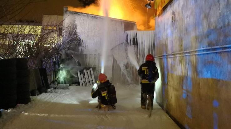 Płonie warsztat samochodowy w Warszawie. Pożar przerzucił się na budynek mieszkalny