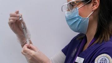 Medycy tańczą z radości po pierwszym transporcie szczepionek na COVID-19