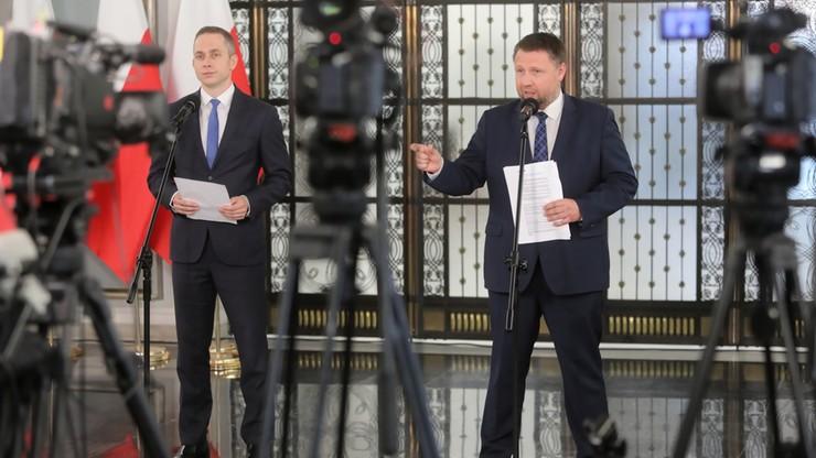 """Posłowie KO prezentują """"wieżę Sasina"""". 30 kilometrów pakietów wyborczych"""