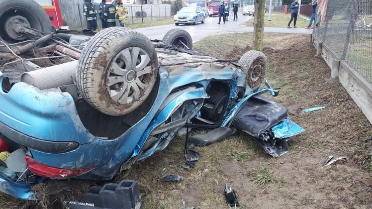 Wypadek w Małopolsce. Dziecko wypadło z auta, matka zakleszczona we wraku