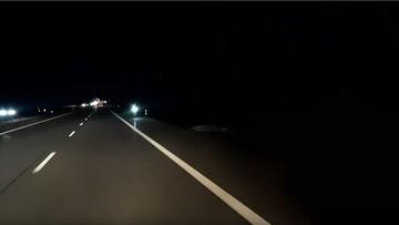 Hulajnogą elektryczną nocą pod prąd po autostradzie