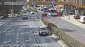 Seniorka utknęła na środku ruchliwej ulicy. Nie miała siły, by skorzystać z kładki