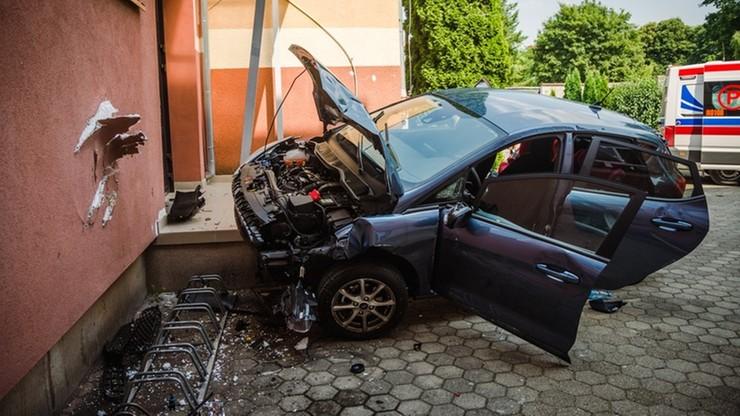 Ełk: kierowca zasłabł i uderzył w budynek szkoły. W aucie czterolatek