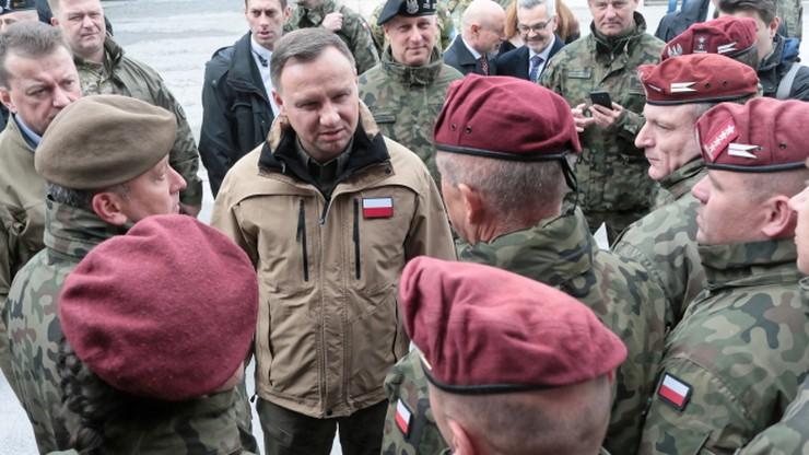 Andrzej Duda drugi miesiąc z rzędu liderem zaufania. Donald Tusk wrócił na podium