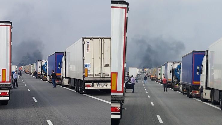 Pożar samochodu na autostradzie A2. Zdjęcia użytkownika