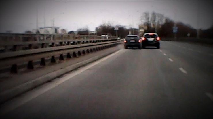 Pirat drogowy próbował zepchnąć inne auto z jezdni. Policja i sąd: to była kolizja
