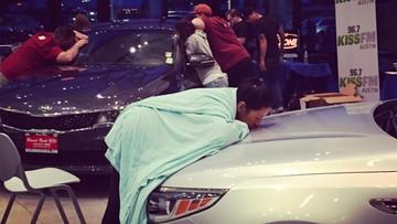 Maraton w całowaniu samochodu. Zwycięzca odjedzie nowym autem