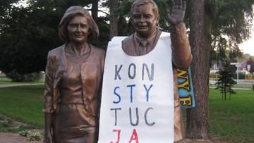"""Pomnik Lecha Kaczyńskiego """"ubrany"""" w baner z napisem """"Konstytucja"""". """"Moda poszła w świat"""""""