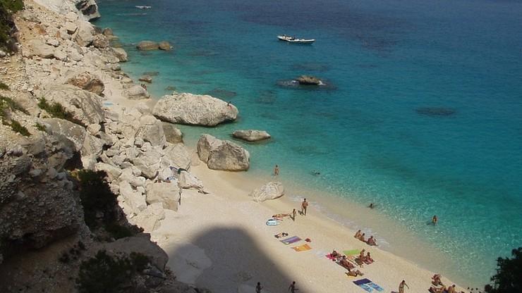 Turyści rozkradają plaże Sardynii. Włoskie media ostrzegają: zaostrzono kontrole bagaży