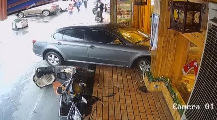 Zaparkowała autem w restauracji