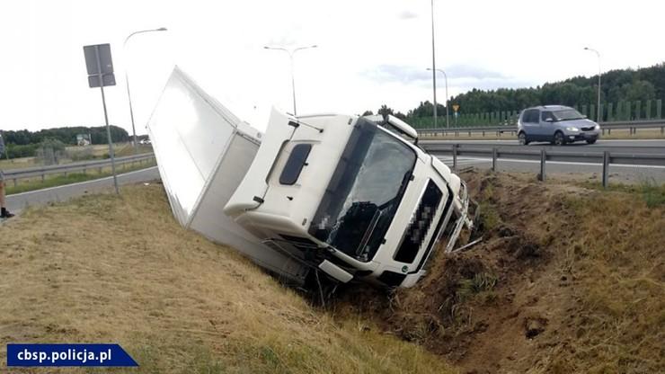 Przewrócony tir na autostradzie A2. Pijany kierowca próbował uciekać