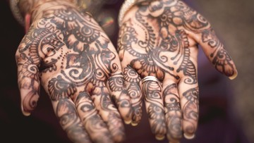"""Groźne """"tymczasowe tatuaże"""" czarną henną - ostrzega sanepid"""