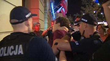 Policja użyła gazu podczas protestu przed pałacem. Twierdzi, że manifestujący rozpylili go pierwsi
