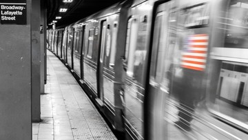 Dźgał nożem w metrze. Obława policji