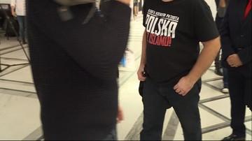 """W Sejmie człowiek w koszulce """"Rasista. Ksenofob. Patriota. Polska bez islamu"""""""