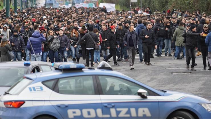 Manifestacja przeciw przemocy gangów młodzieżowych w Neapolu. Reakcja na ciężkie pobicie 15-latka na ulicy