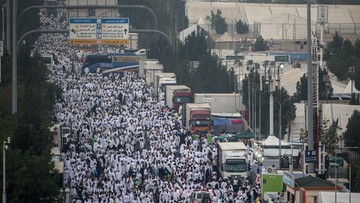 Drony obserwują pielgrzymów w drodze do Mekki