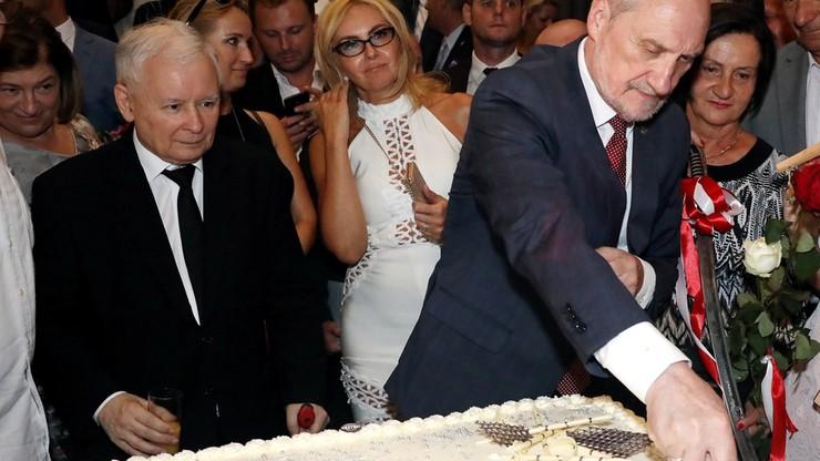 Macierewicz dziękuje za urodzinową niespodziankę. Janniger udostępnił wideo, jak minister robi salto