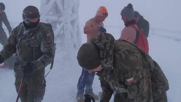 """Z nagimi torsami wybrali się na szczyt. """"Nie dali rady założyć kurtek"""""""
