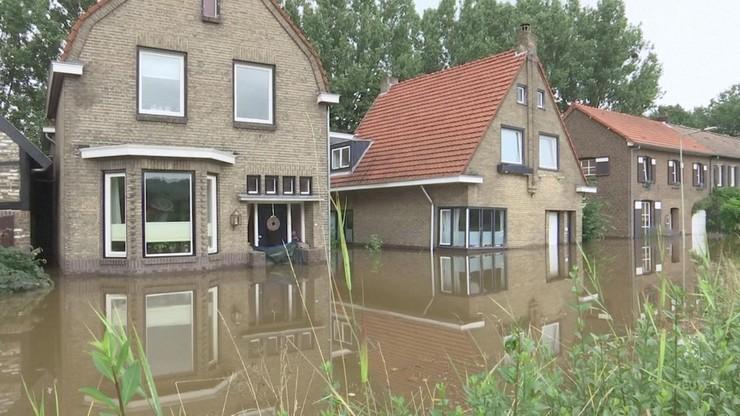 Holandia. Nocne straże pilnują przed szabrownikami centrum miasta spustoszonego przez powódź