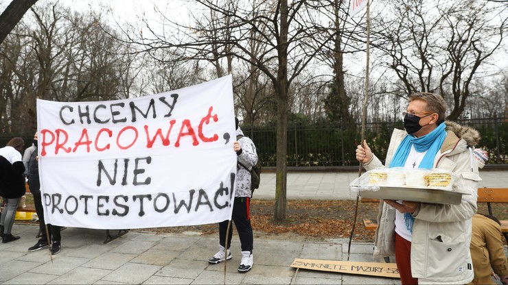 """Przedstawiciele branży turystycznej z Warmii i Mazur przed KPRM. """"Chcemy pracować nie protestować"""""""