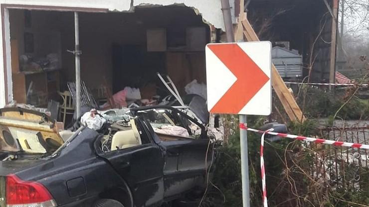 Samochód zniszczył znaczną część budynku.