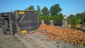 Jabłka wysypały się z ciężarówki. Kierowca był pijany