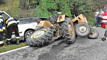 Zderzenie passata z ciągnikiem. Traktor się rozsypał [ZDJĘCIA]