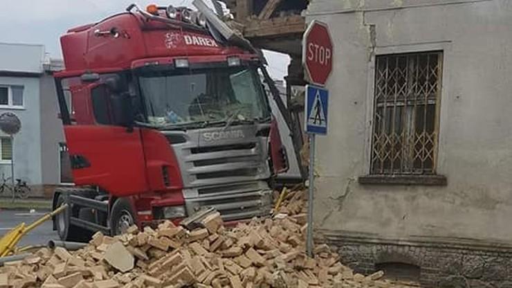 Ciężarówka wbiła się w budynek. Kierowca przestraszył się pszczoły