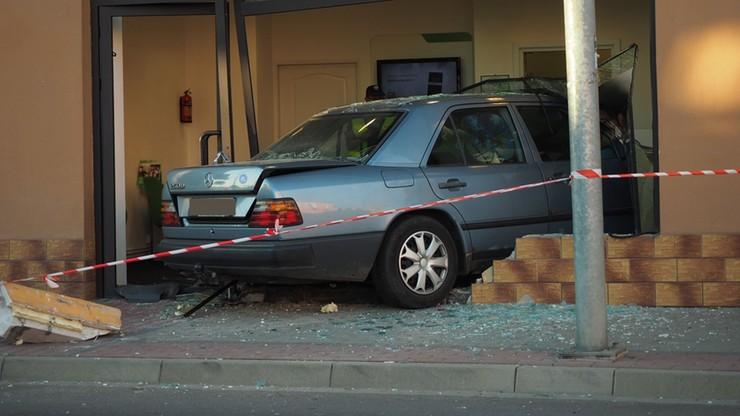 Sanok: samochód wjechał do banku. Trzy osoby poszkodowane [ZDJĘCIA]