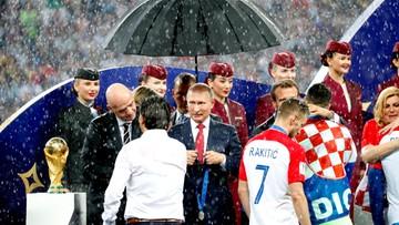 Ulewa podczas dekoracji piłkarzy. Ale parasol tylko dla Putina