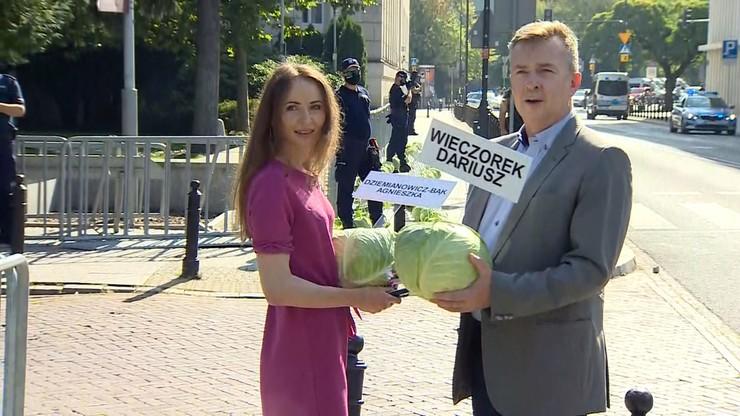 """Posłowie zabierają kapustę sprzed Sejmu. """"Przyrządzimy z niej gołąbki lub bigos"""""""