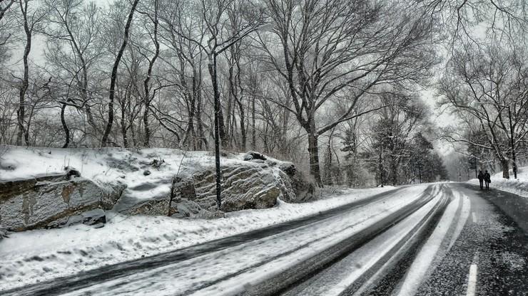 Opady śniegu i oblodzone drogi. Trudne warunki dla kierowców