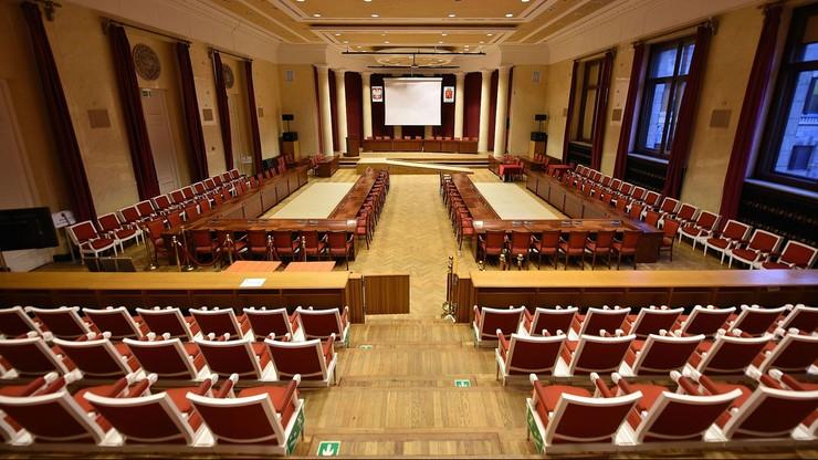 Część warszawskich radnych nie chce spotkania wigilijnego z udziałem księdza