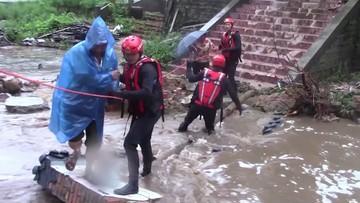 Woda po pas w metrze i pływające auta. W Chinach zginęło co najmniej 12 osób