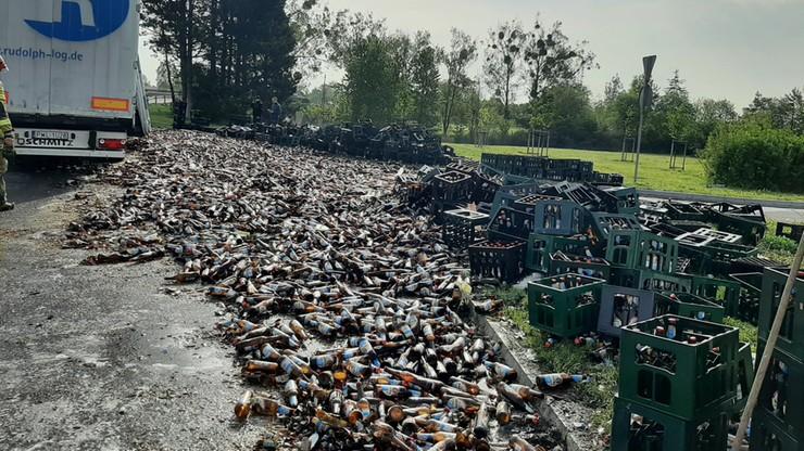 Towar zsunął się z naczepy. Tysiące butelek piwa rozbiło się na jezdni