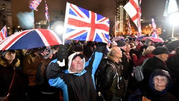 Tłum przed parlamentem. Brytyjczycy czekają na brexit