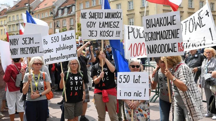 """""""Obywatelskie Zgromadzenie Narodowe"""". Protesty przed kościołem św. Anny w Warszawie"""