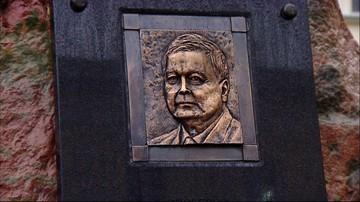 """""""Wiatr wywiał, piasek wyszlifował"""". Nowa podobizna Lecha Kaczyńskiego na tablicy przed ratuszem"""