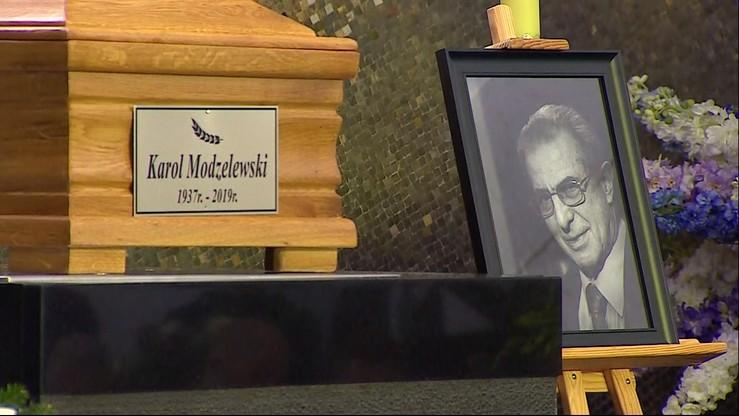 Pogrzeb prof. Karola Modzelewskiego. Spoczął obok grobu swojego przyjaciela - Jacka Kuronia