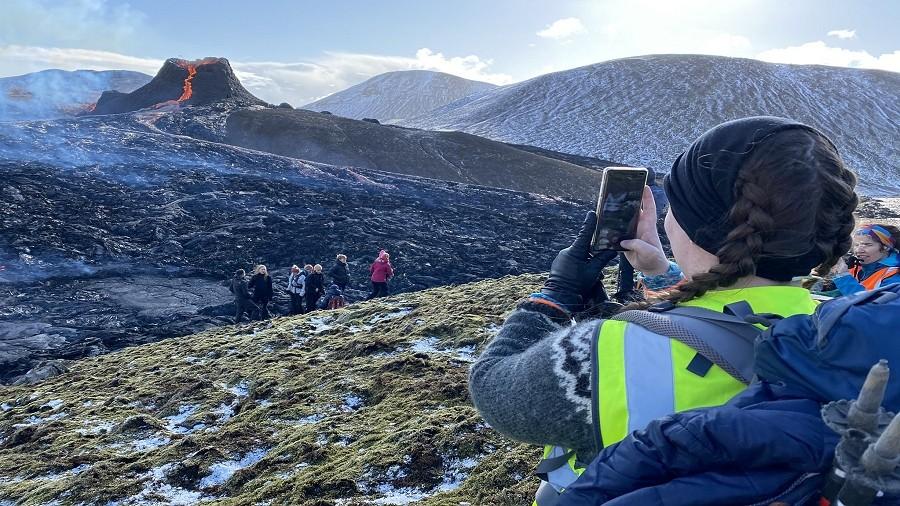 Turyści i studenci geologii podziwiają erupcję wulkanu Fagradalsfjall na Islandii. Fot. Twitter / @Haskoli_Islands.