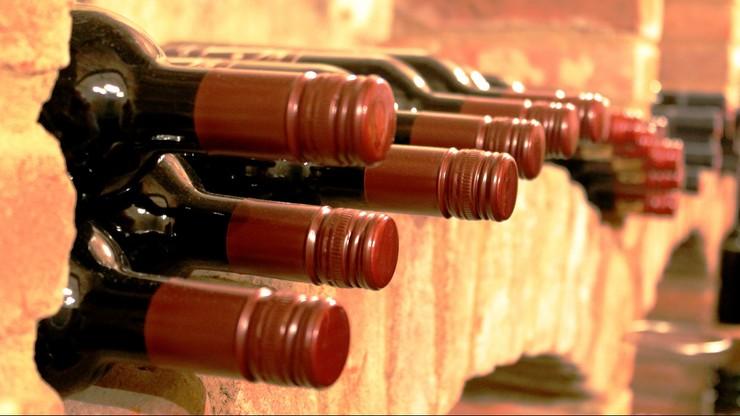 Francja. Ukradli wino warte 350 tys. euro. Uciekali rzucając butelkami w policję