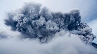 01.03.2021 07:00 Na ludzi spadają kamienie wyrzucane przez wulkan Etna. Erupcja staje się coraz gwałtowniejsza