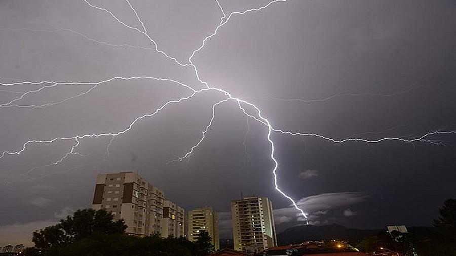Odwrócony piorun nad São Paulo. Fot. Marcelo Saba.