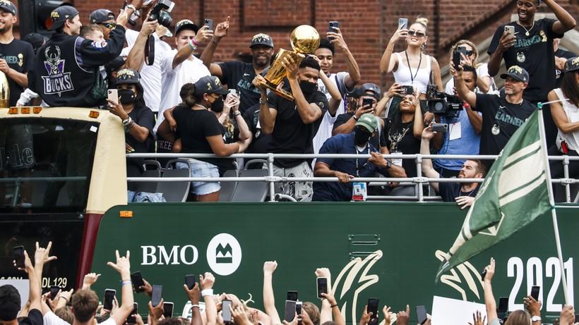 NBA: Mistrzowska parada w Milwaukee z tysiącami kibiców